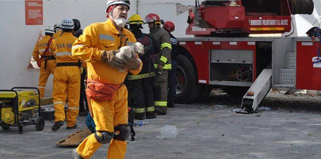 Los bomberos voluntarios siguen trabajando en la búsqueda de víctimas