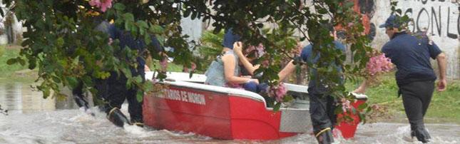 Los bomberos del Gran Buenos Aires están dando respuesta a los vecinos luego de diferentes anegamientos