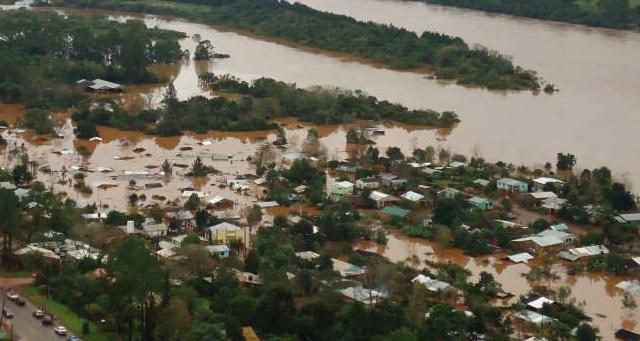 Bomberos voluntarios trabajan en los operativos tras la tragedia provocada por las inundaciones en Formosa, Misiones, Corrientes y Chaco