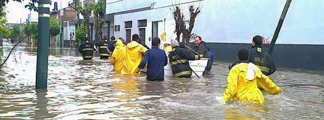 Salió el sol y los bomberos voluntarios siguen trabajando en las ciudades afectadas por la inundación