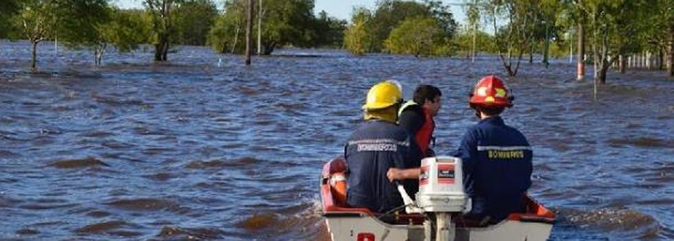 Inundaciones Bs As: 10 mil evacuados y 39 ciudades afectadas. Los bomberos voluntarios héroes indiscutidos