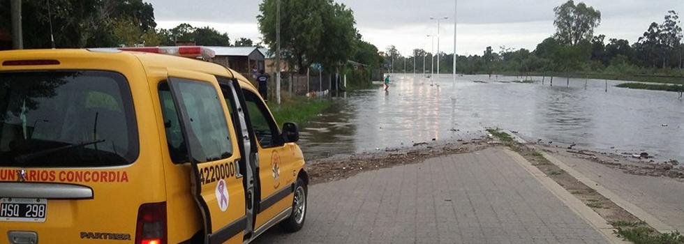 Los bomberos trabajan sin descanso por las inundaciones del Litoral