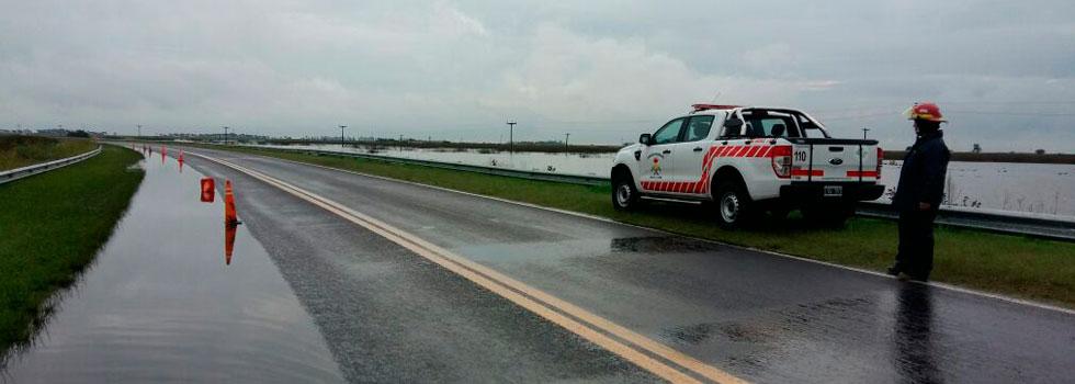 En La Pampa los bomberos evacúan familias por las inundaciones