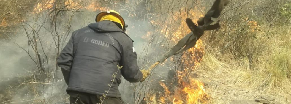 Bomberos combaten Incendios Forestales en Catamarca