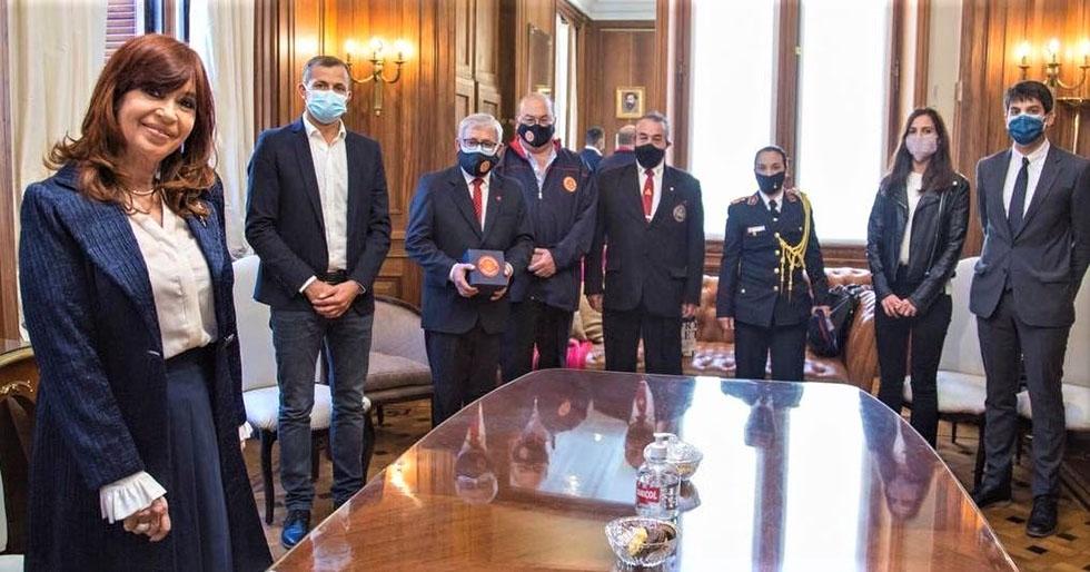 Presidenta del Senado recibió a bomberos voluntarios
